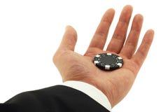 Kasino-Chip in der Hand getrennt auf Weiß Stockfotografie