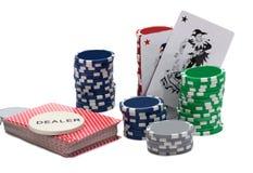 Kasino-Chips und eine Spassvogel-Karte Stockfotografie