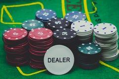 Kasino-Chips und Händler lizenzfreies stockbild