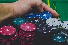 Kasino-Chips und Händler stockbilder