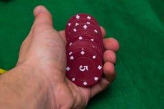 Kasino-Chips und Händler lizenzfreie stockbilder