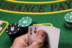 Kasino dobbleri, poker Görande suddig bakgrund royaltyfria bilder