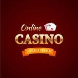 Kasino - Firmenzeichenkonzept, on-line-Kasinotypographiedesign, Spielkarten mit dem Goldtext auf dunkelrotem Hintergrund Vektor Abbildung