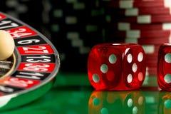 KASINO-Konzept Nahaufnahme des Roulettekessels und des Balls lizenzfreie stockfotografie