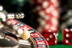 KASINO-Konzept Nahaufnahme des Roulettekessels und des Balls stockfoto