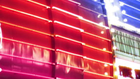 Kasino-Leuchtreklamen und Stadt-Lichter stock video