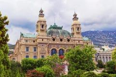 Kasino Monte - carlo bak blommande träd Royaltyfri Fotografi