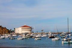Kasino och fartyg i Avalon Harbor, Catalina Island Royaltyfri Bild