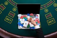 Kasino, online-dobbleri, teknologi och folkbegrepp - som är nära upp av pokerspelare med att spela kort Arkivbild