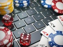 kasino online Spela chiper, kort och tärning på bärbar datorcompute Fotografering för Bildbyråer