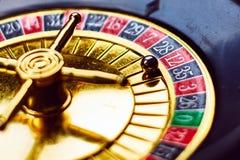 Kasino pengar, lycka och guld, i roulett arkivbild