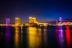 Kasino som reflekterar i Clam Creek på natten i Atlantic City som är nytt Arkivfoto