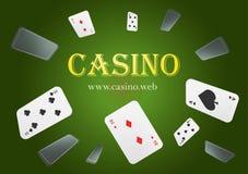 Kasino-Spielkarten fallen unten Spielkarteregen Leeres Werbungsplakat Klassisches grünes bckground stock abbildung
