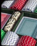 Kasino-Würfel und Chips Stockbild