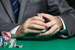 Kasinoarbeitskraft, die Karten schlurft Stockfoto