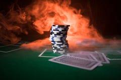 Kasinobeståndsdelisolering på det färgrikt, enarmad bandit, roulettstund, tärning, kasinochip - bild royaltyfri fotografi