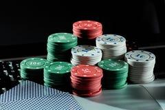 Kasinochiper och kort på bärbara datorn som spelar att spela direktanslutet Royaltyfri Bild