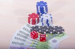 Kasinochiper och pengar Arkivbilder