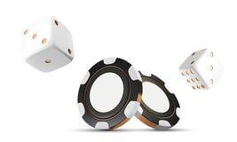 Kasinochiper och tärning som isoleras på vit Modiga chiper 3D för kasino Online-kasinobaner Svart realistisk chip dobbleri Royaltyfria Foton
