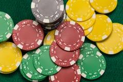 Kasinochiper på den gröna tabellen royaltyfria bilder