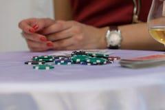 Kasinochiper på den vita tabellen royaltyfri fotografi