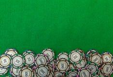 Kasinochiper på grön bakgrundsbild Arkivbild