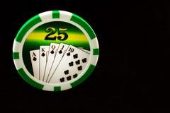 Kasinochips auf einem schwarzen Hintergrund spielen stockfoto