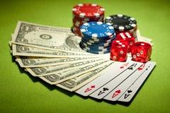 Kasinochips und Geldhintergrund Stockbild