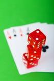 Kasinochips und -karten gegen Hintergrund Lizenzfreie Stockfotos