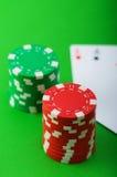 Kasinochips und -karten gegen Hintergrund Lizenzfreies Stockfoto