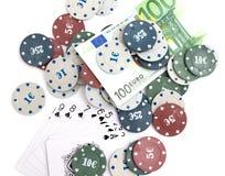 Kasinochips und -karten und hundert Euros auf einem weißen Hintergrund Stockbild