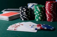 Kasinochips und Royal Flush-Kartenkombination auf der grünen Tabelle Pokerspielthema stockfotografie
