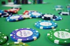 kasinolek för illustration 3D Chiper som spelar kort för poker Pokerchiper, röd tärning och pengar på den gröna tabellen Direktan Royaltyfri Foto