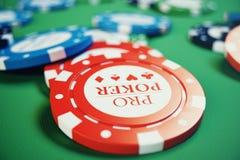 kasinolek för illustration 3D Chiper som spelar kort för poker Pokerchiper, röd tärning och pengar på den gröna tabellen Direktan Arkivbilder