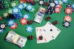 kasinolek för illustration 3D Chiper som spelar kort för poker Pokerchiper, röd tärning och pengar på den gröna tabellen Direktan Royaltyfria Foton