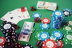 kasinolek för illustration 3D Chiper som spelar kort för poker Pokerchiper, röd tärning och pengar på den gröna tabellen Direktan Arkivbild