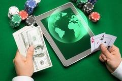Kasinopokerspelare med kort, minnestavlan och chiper Fotografering för Bildbyråer