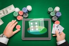 Kasinopokerspelare med kort, minnestavlan och chiper Royaltyfri Foto