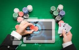 Kasinopokerspelare med kort, minnestavlan och chiper Arkivbilder