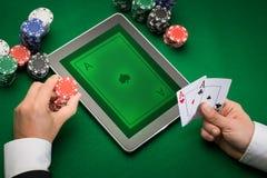 Kasinopokerspelare med kort, minnestavlan och chiper Arkivbild