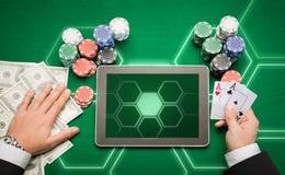 Kasinopokerspelare med kort, minnestavlan och chiper Royaltyfri Fotografi