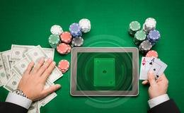 Kasinopokerspelare med kort, minnestavlan och chiper Royaltyfria Foton