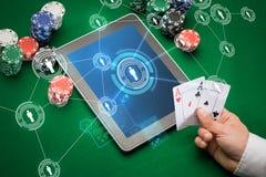 Kasinopokerspieler mit Karten, Tablette und Chips stockfotos