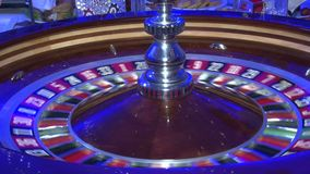 Kasinoroulette spinnen, der Ball im Spiel, Roulettespinnrad stock footage