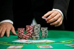 kasinot chips dobbleri royaltyfria bilder