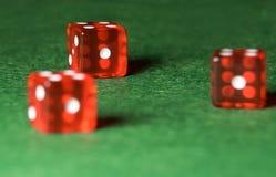 Kasinot tärnar på den gröna torkduken Begreppet av online-dobblerit royaltyfria foton