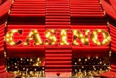 Kasinot undertecknar in ljus och neon Arkivfoton