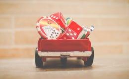 Kasinotecken och tärning på en röd leksakbil Royaltyfri Fotografi