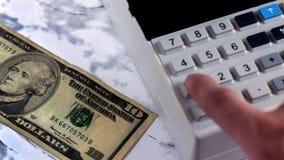 Kasjer liczy pieniądze w banku Księgowych rytmów czek po zapłaty pieniądze Odliczaj?cy pieni?dze na kalkulatorze spi?arni kompute zdjęcie stock