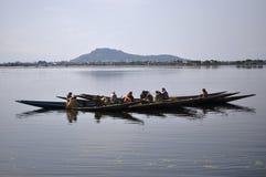 Kasjmier Vrouwen die het fruitpeulen van Lotus in DalLake plukken Stock Fotografie